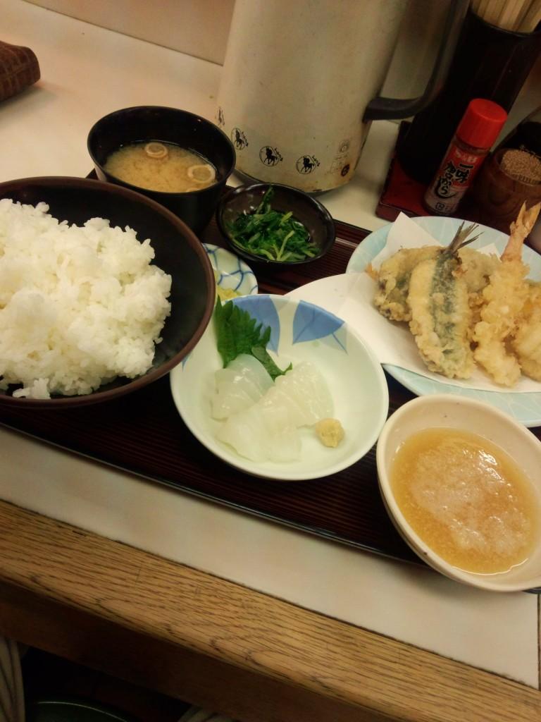 日替わり定食(天ぷらとイカの刺身)