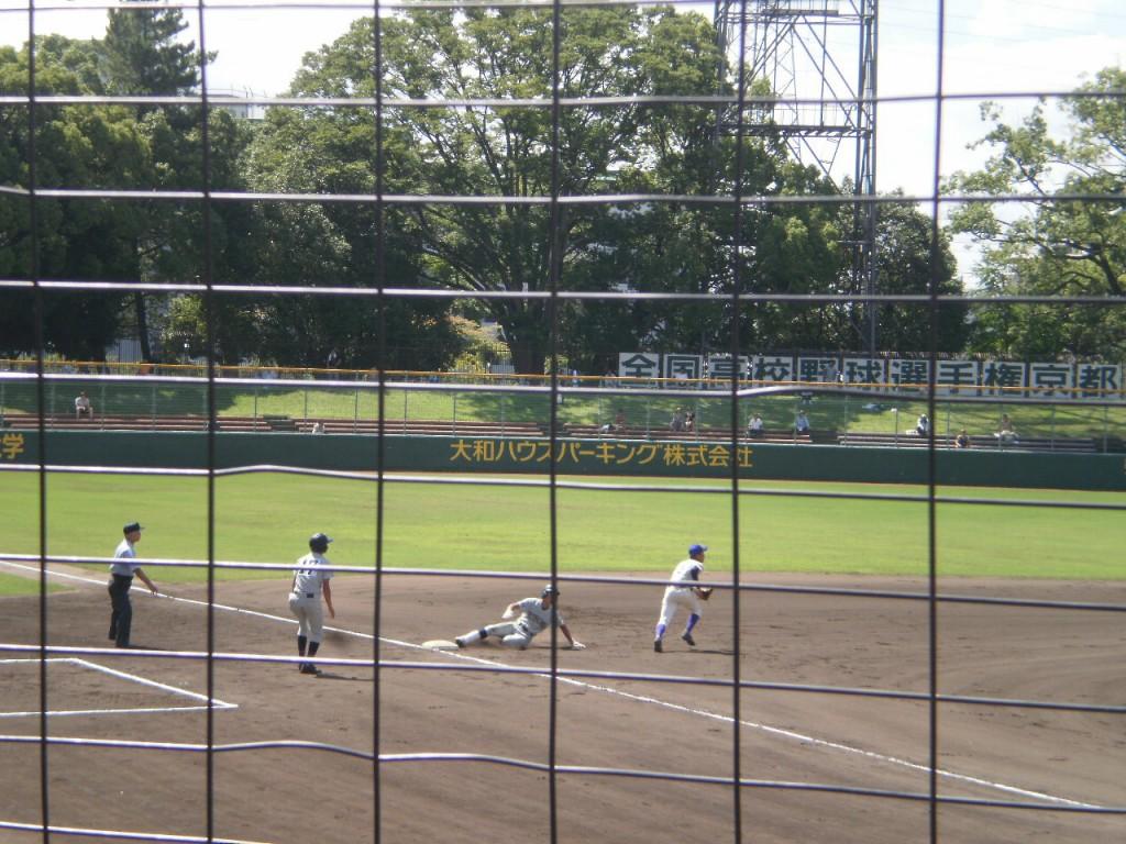 3塁へ滑り込む伊藤選手