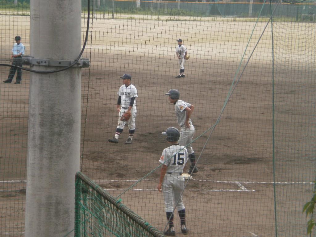 タイムリーヒットの百田選手(1塁ベース上)