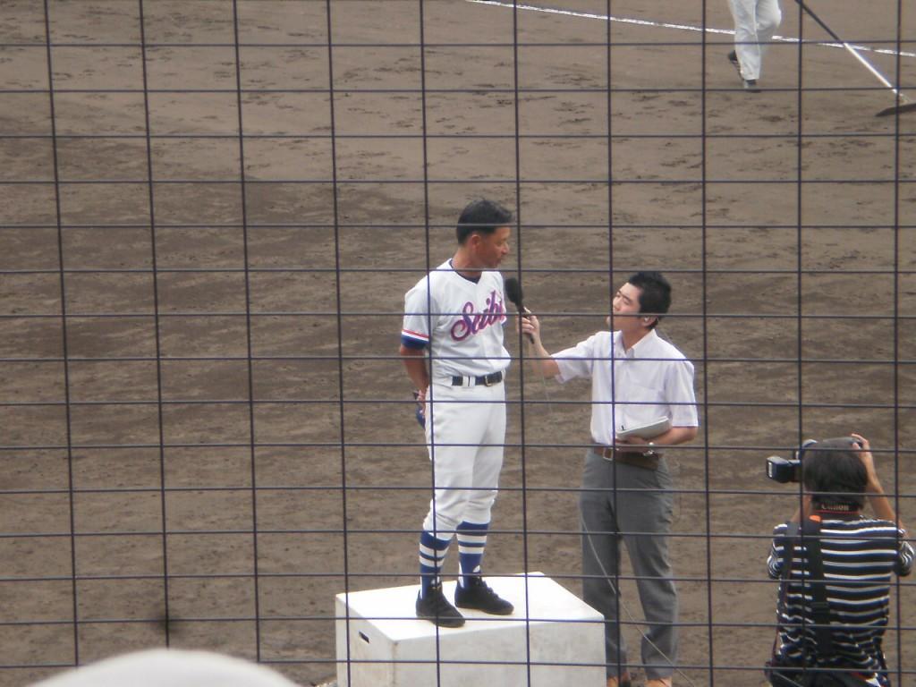 優勝インタビューに答える福知山成美の田所監督