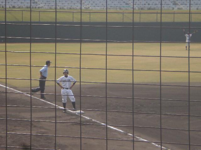 チャンスで残塁に終わった平安(三塁上の橋本選手)