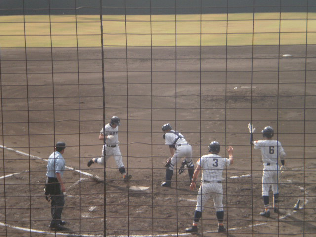 松岡選手がサヨナラのホームイン
