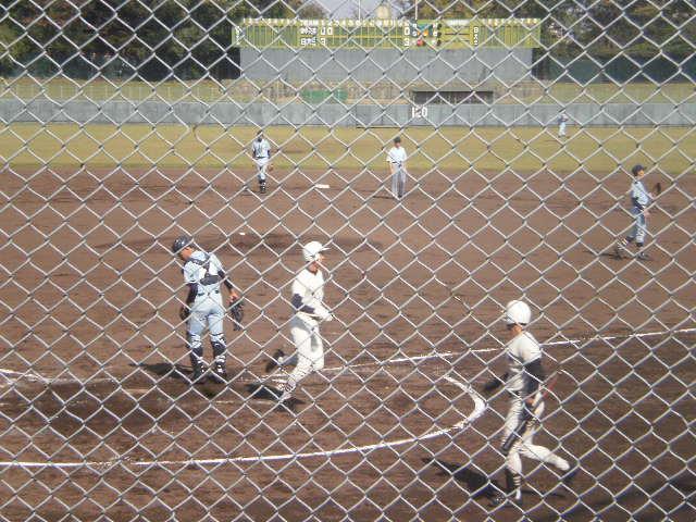 4点目のホームを踏む阪井選手