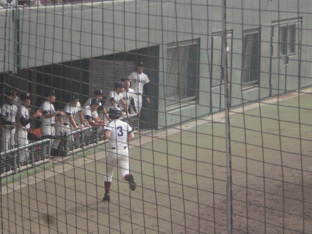 ホームインしベンチに戻る古寺選手(背番号3)
