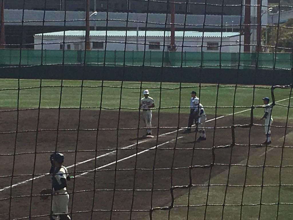 タイムリーヒットの神戸国際大附の4番打者