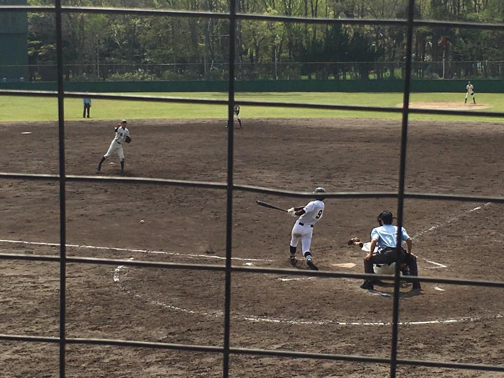レフト線へ2塁打を放つ北かわち皐が丘の背番号9の選手