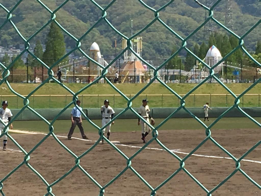 3塁へ進塁する花園背番号7の選手