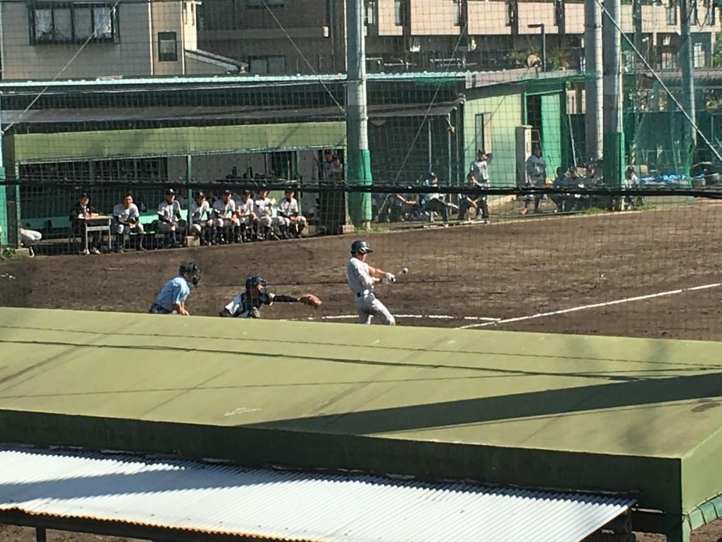 背番号9の選手がタイムリー2塁打を放つ
