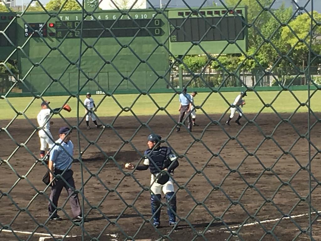 2塁打を放った大阪学院大高背番号4の選手(2塁上)