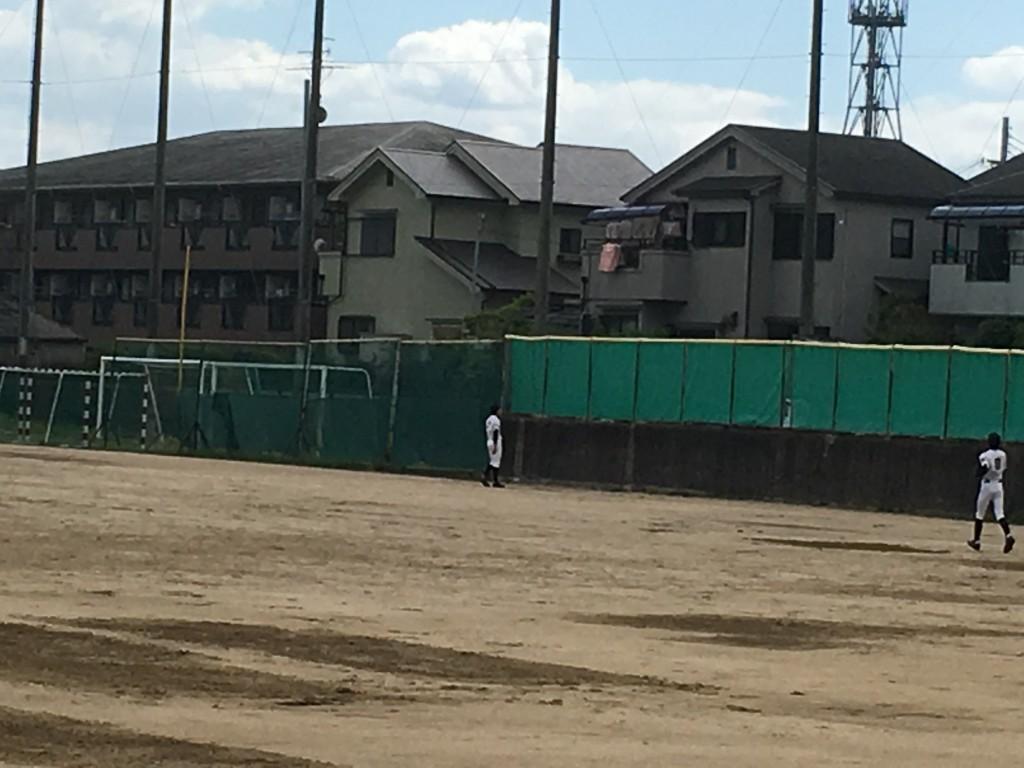 大冠4番打者のホームランを見上げる富田林外野陣