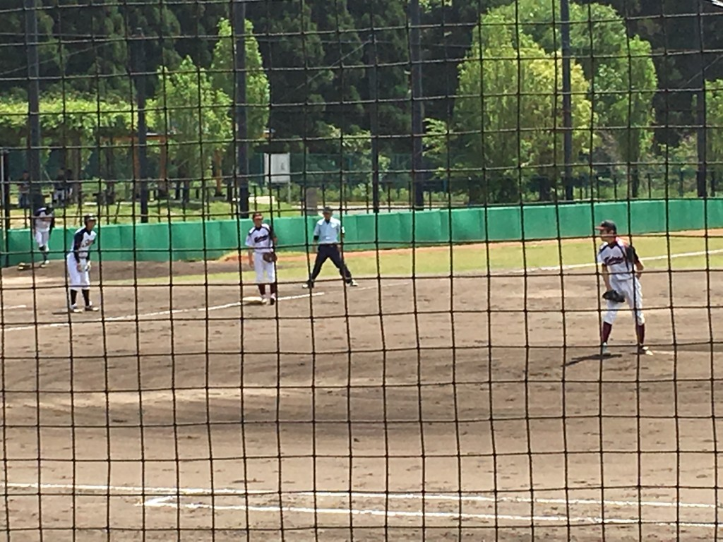 三塁に進んだ滋賀大学、北岡選手