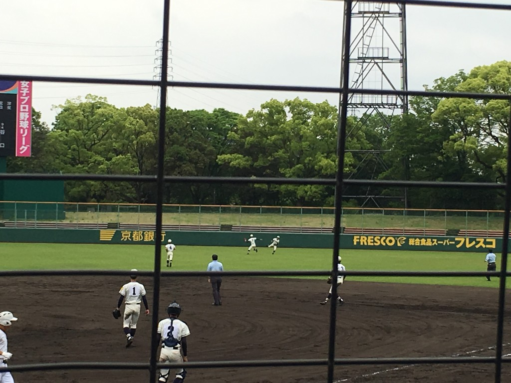 平凡な外野フライを搭南外野陣が落球