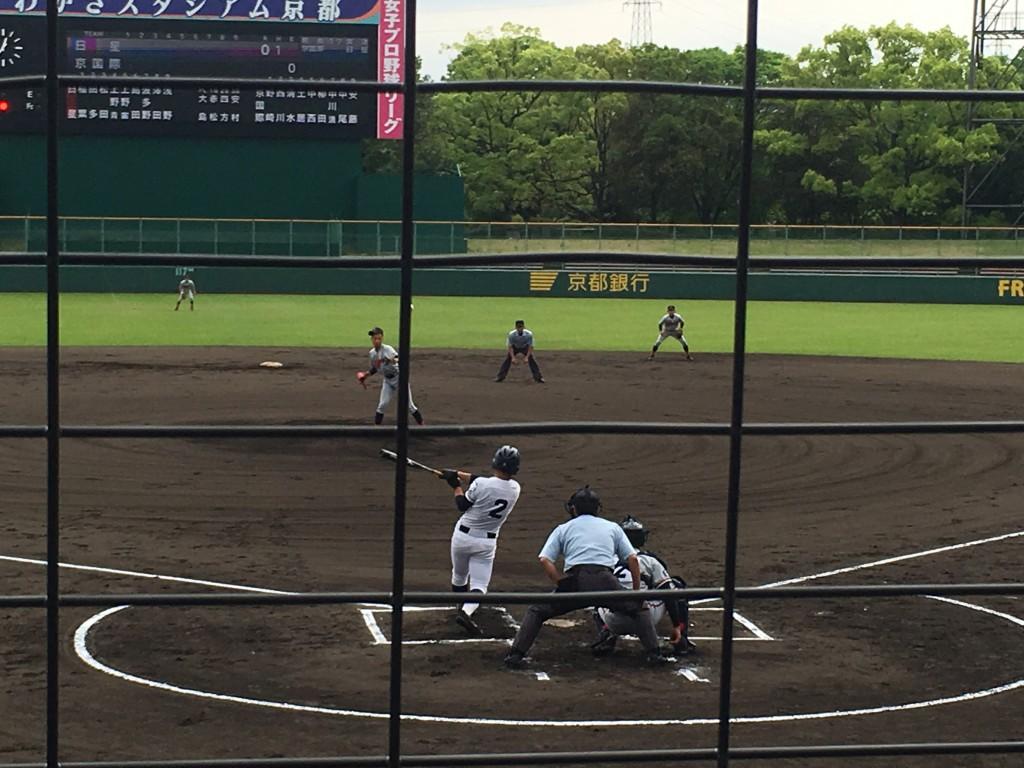 センター前に先制タイムリーヒットを放つ上野宙選手