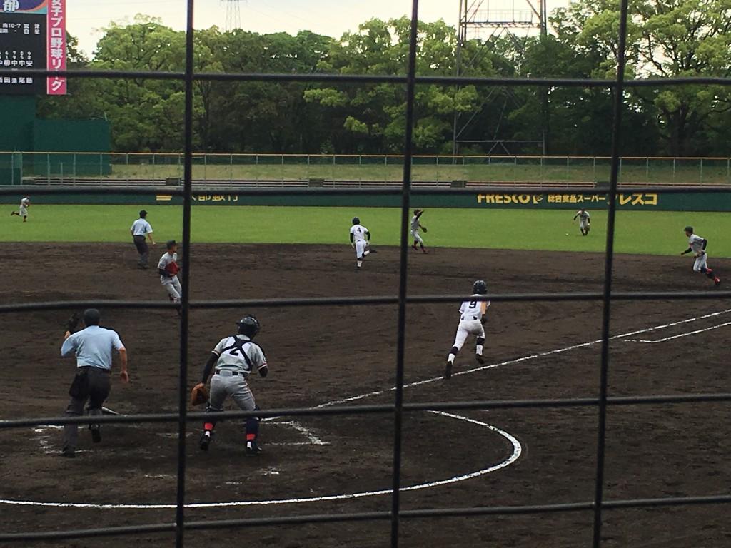 浅野選手がライト前にタイムリーヒットを放つ