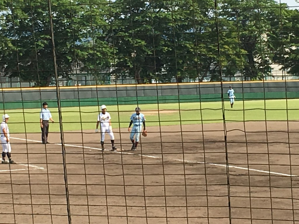 3塁へ進む綾部・高橋選手