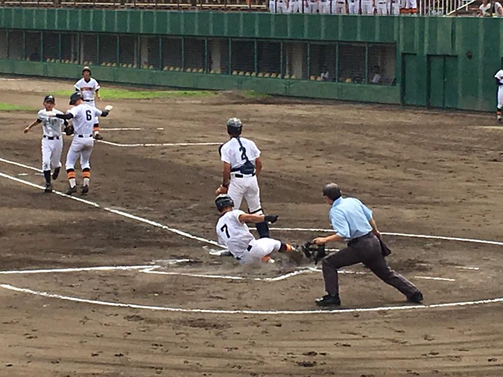 3点目のホームを踏む丸田選手