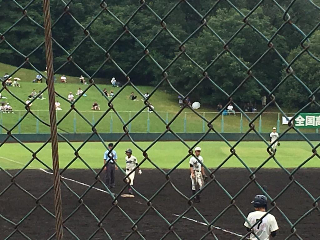3塁へ進む成章、佐田選手