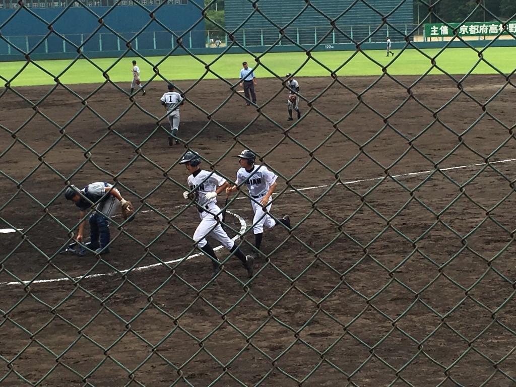 犠牲フライを放ちベンチに向う西川選手(平安ユニフォームの左)