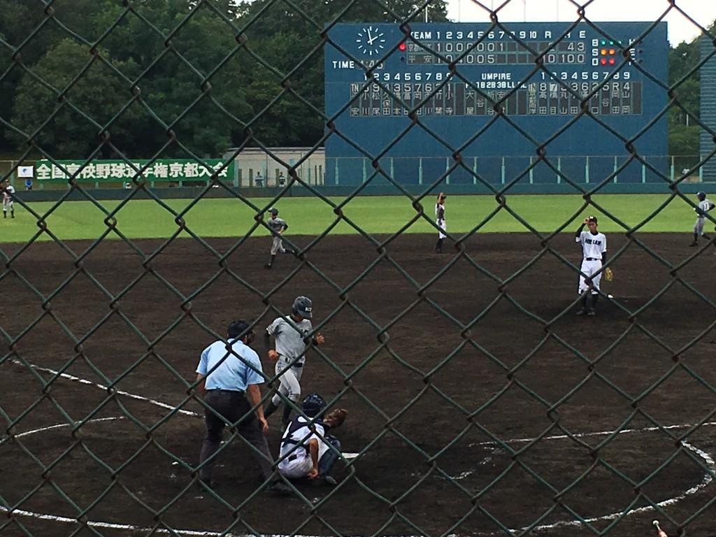 山本選手の代走岡田選手が両洋3点目のホームイン