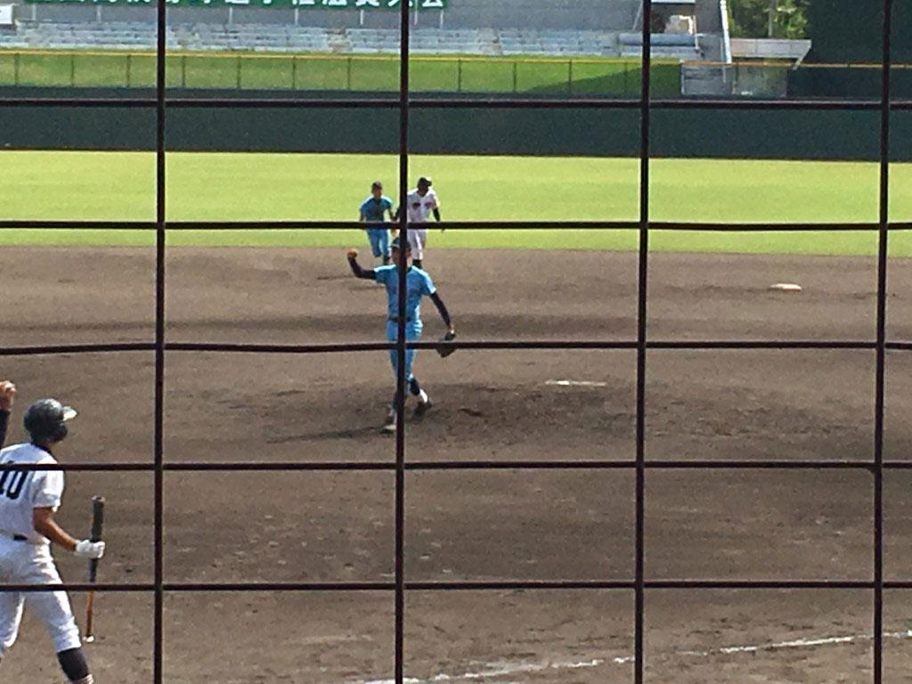 勝った瞬間、右手でガッツポーズの京山投手
