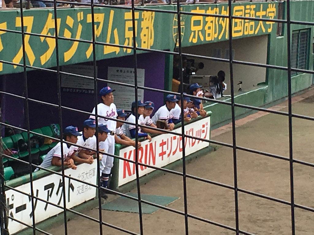 ベンチから明るく指示を出される成美・井本監督(中央)