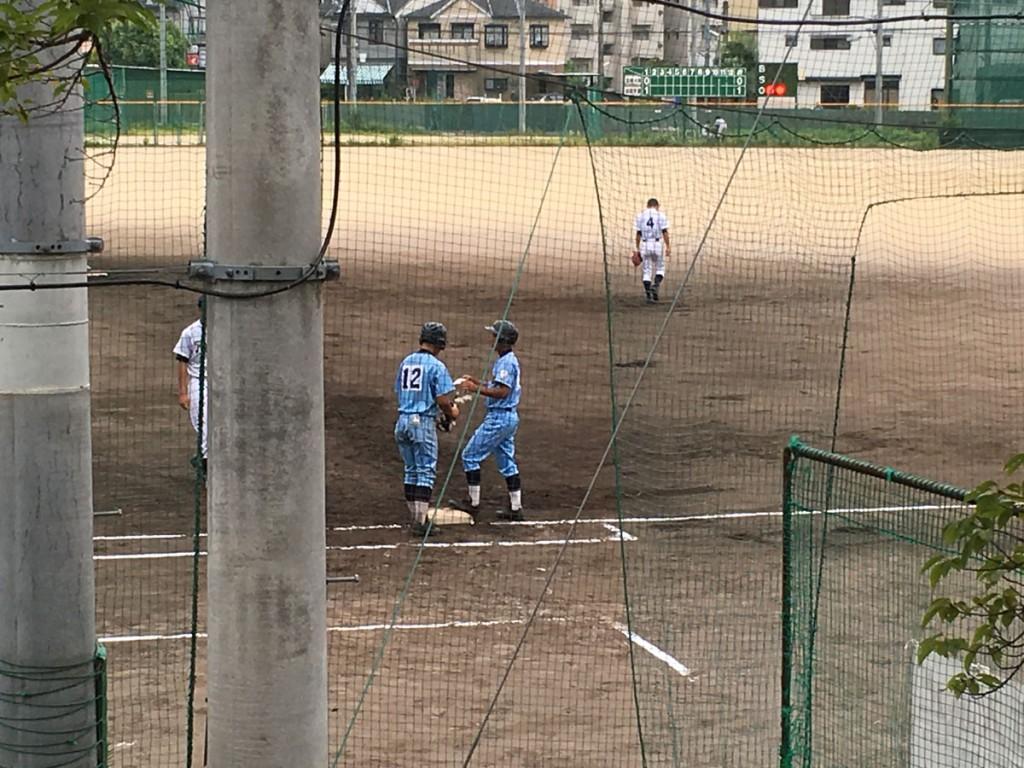 2点タイムリーヒットの背番号4の選手(右側)