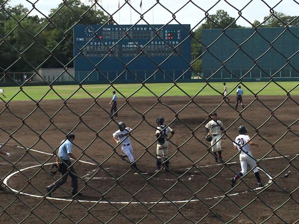 尾崎選手の二塁打で西村選手が勝ち越しのホームイン