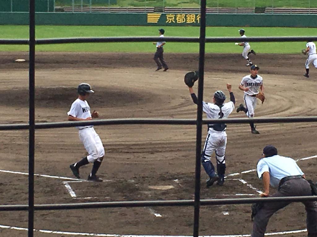 平安松田選手が先制のホームイン