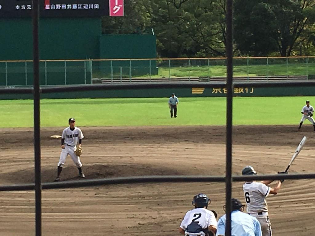 最後の打者を三振で〆め、小さくガッツポーズの平安・小寺投手