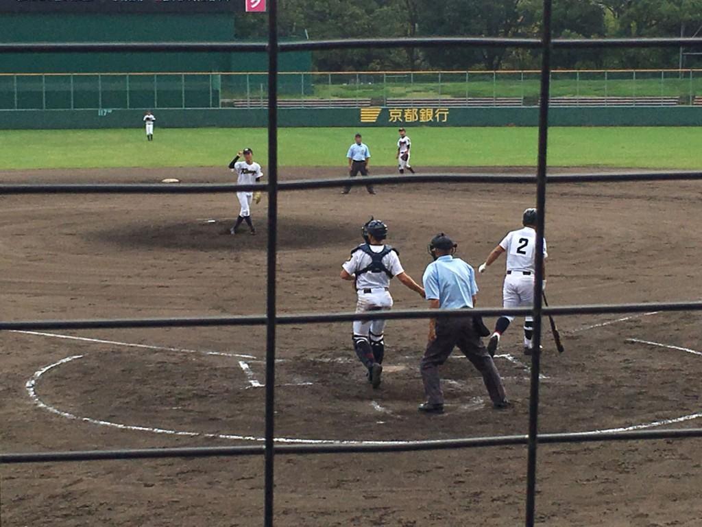 川本選手が押し出しの四球を選ぶ