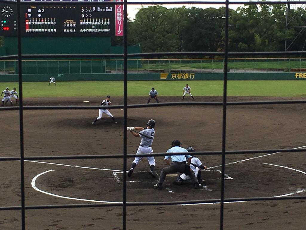 松田選手がセンター前にタイムリーヒット