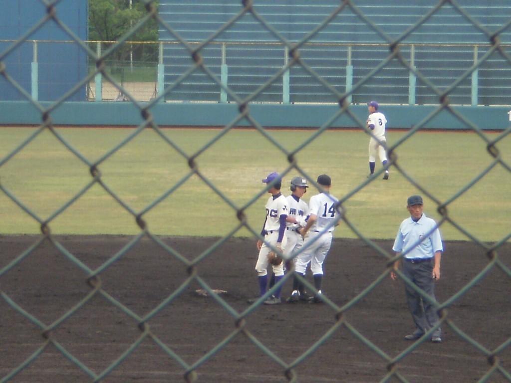 タイムリー2塁打の久保田選手(左から二人目)