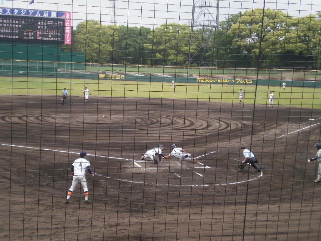 藤岡選手の長打でホームに戻るもタッチアウト!