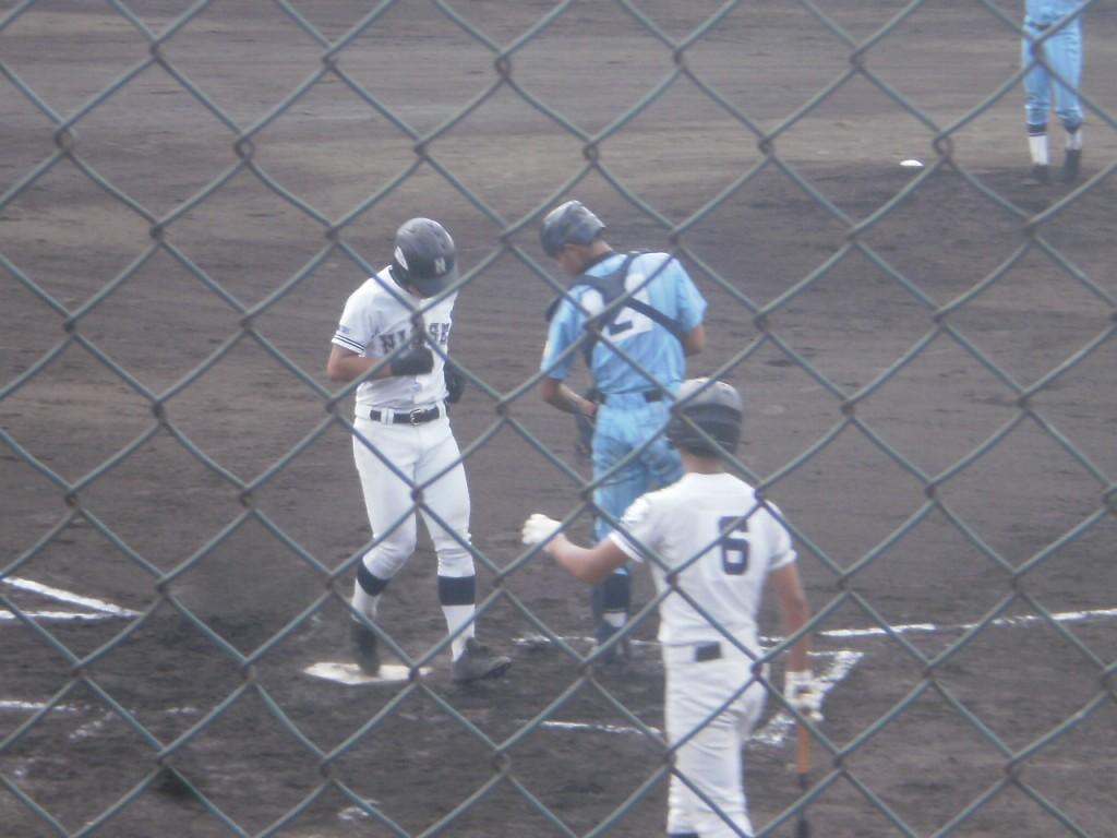 先制ホームランの上野宙選手がホームイン
