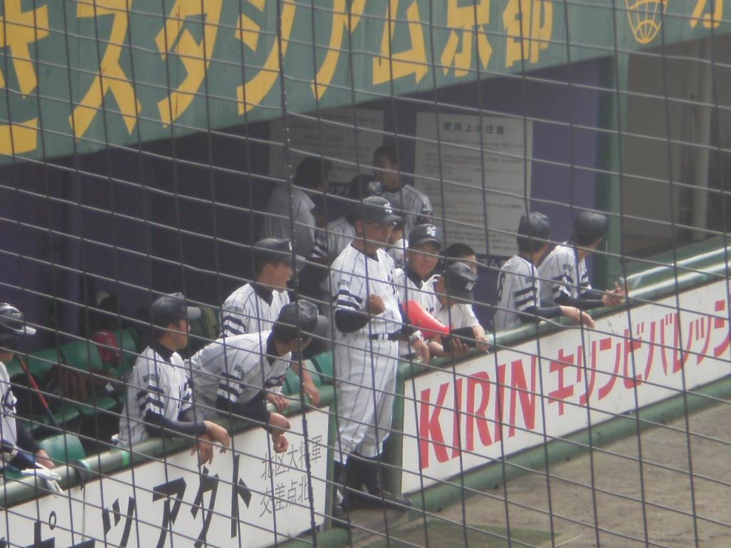 ベンチ中央に立ちナインに指示を送る翔英太田監督