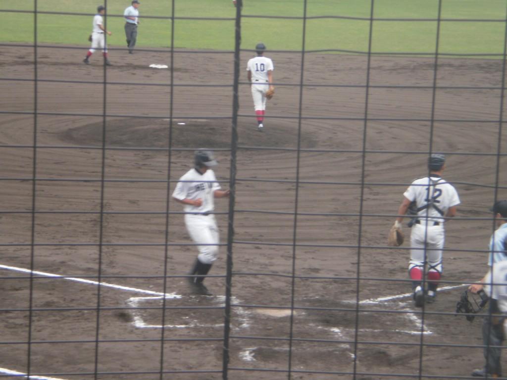 先制のホームを踏む平安、橋本選手