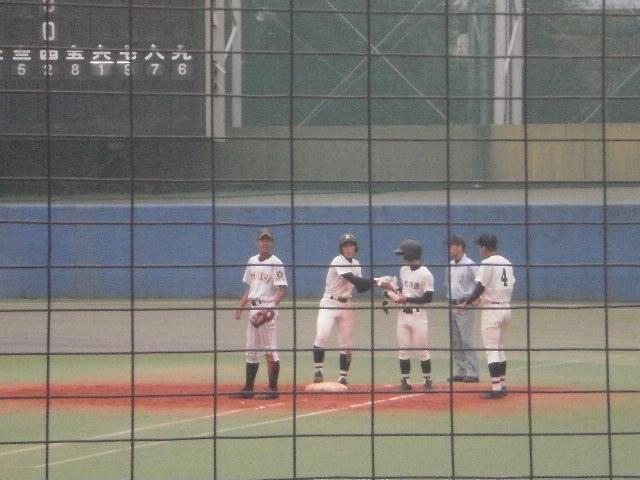 佼成学園の吉川選手(1塁塁上)