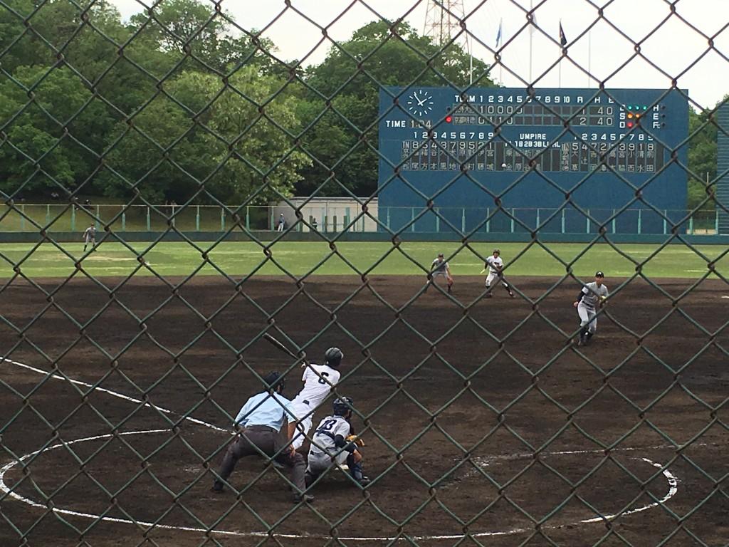 チャンスの場面で高木選手の打球はセンターフライに終わります。