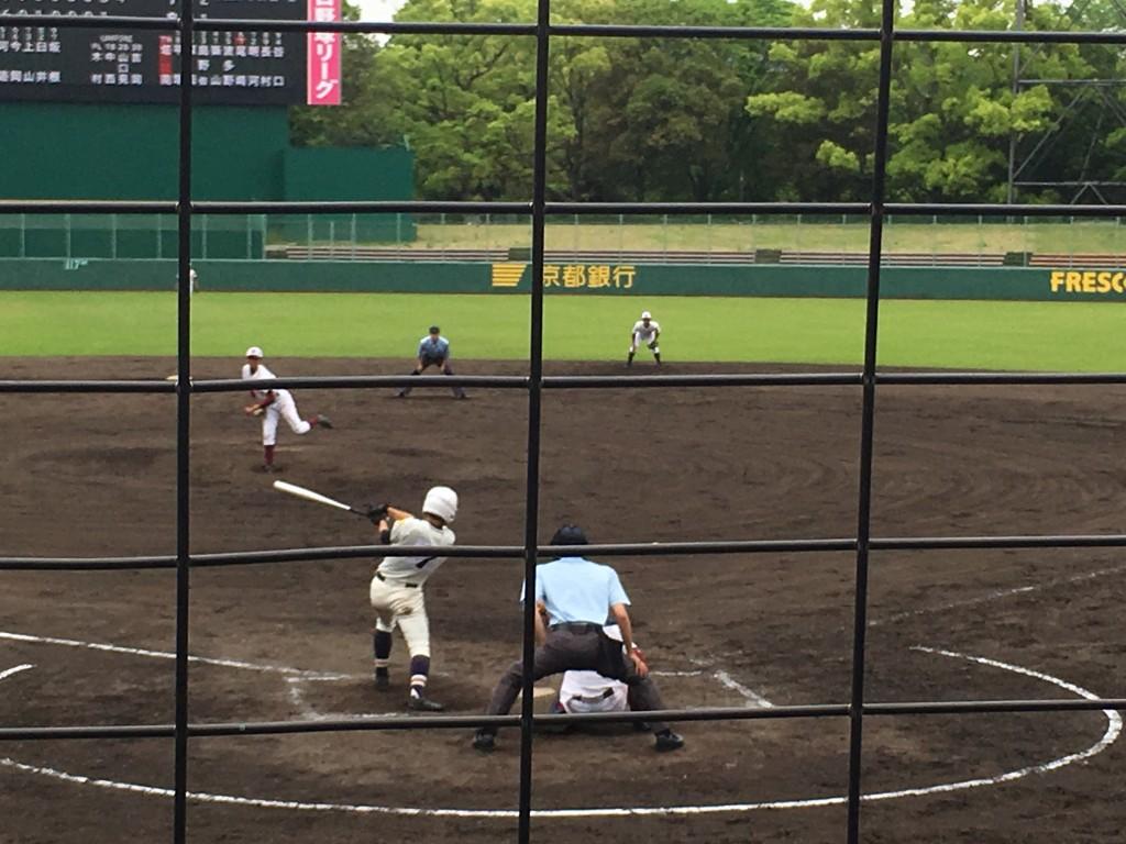 尾崎選手がライト前にタイムリーヒット