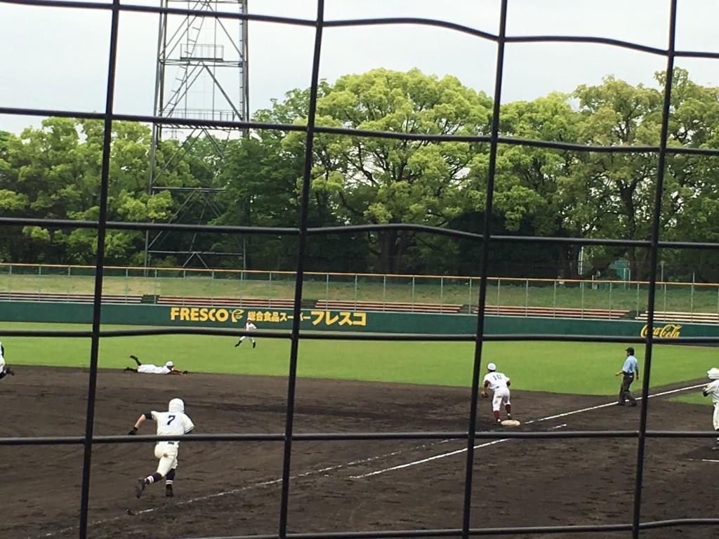 ライト前に抜ける尾崎選手の打球