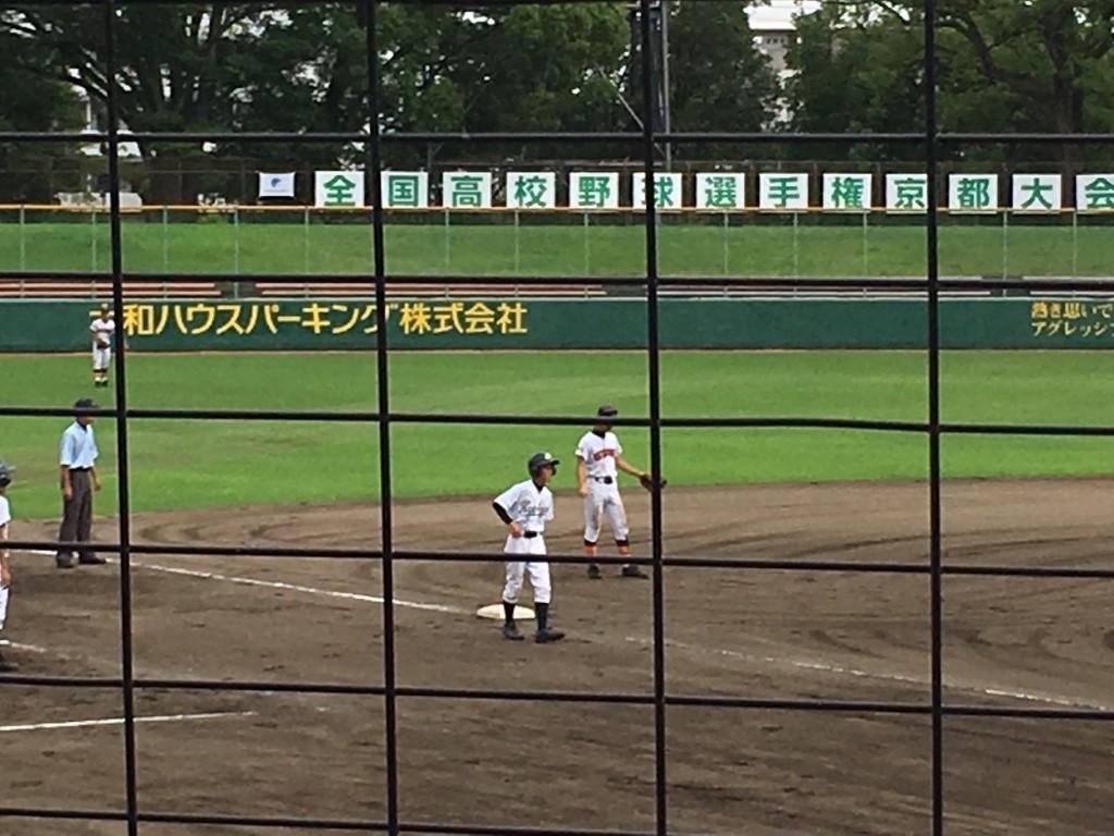 3塁へ進む京教大附の加賀山選手