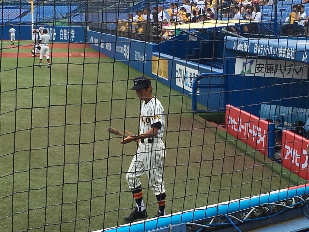 試合前ノックに向う名将・前田監督