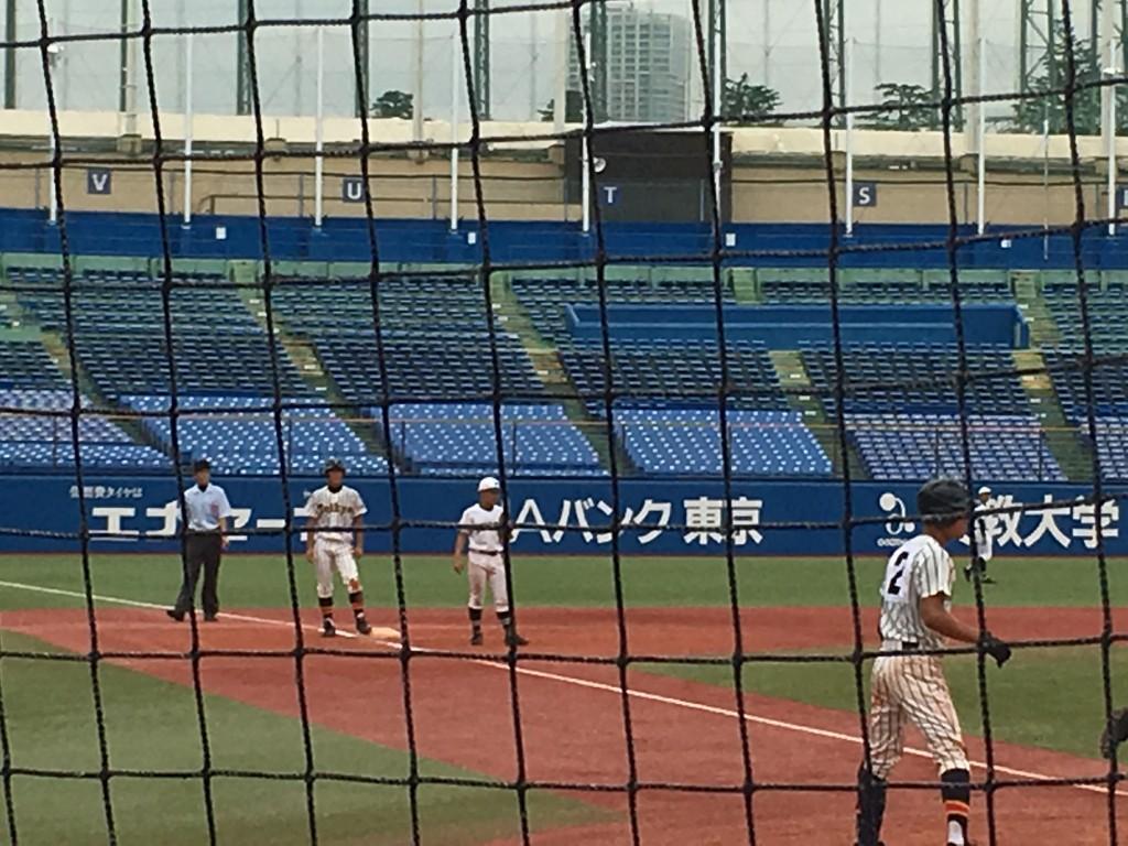 二塁打の後、岡崎選手のヒットで三塁へ進塁した田中悠選手