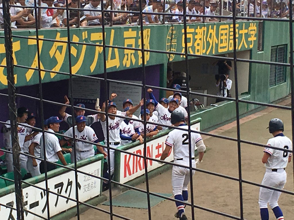 盛り上がる福知山成美の3塁側ベンチ
