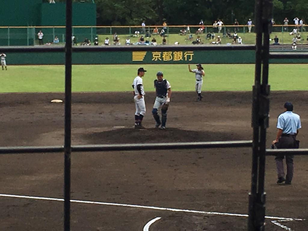 ピンチの場面、マウンドで話す立命館宇治の田中投手(左)と、百田捕手(右)