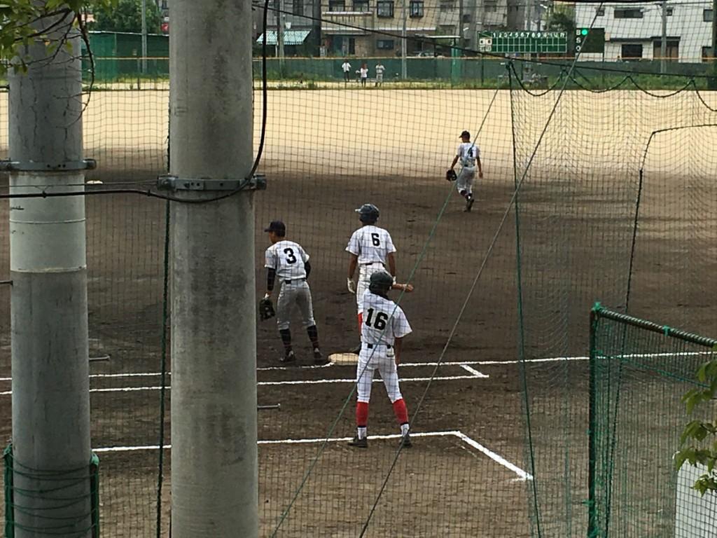 サード強襲安打で出塁の背番号6