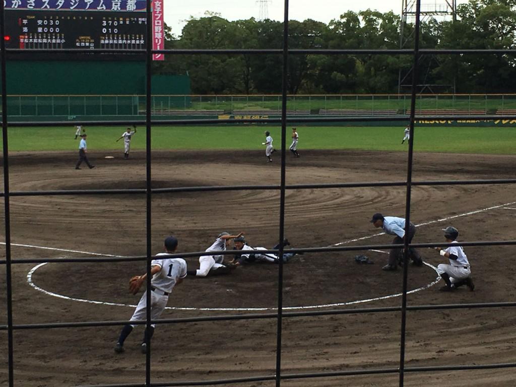 平安田島選手がホームでタッチアウト