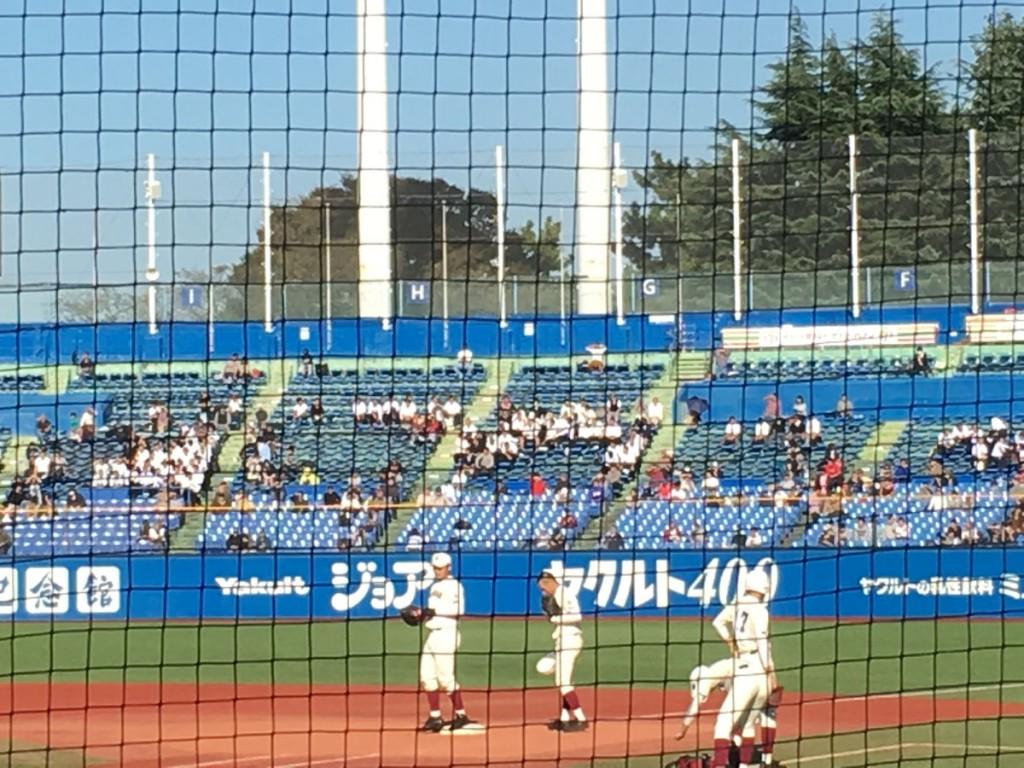 試合前ノックを受ける清宮選手(左端)