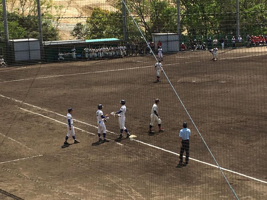 ライト前ヒットの安田選手(左から3人目)